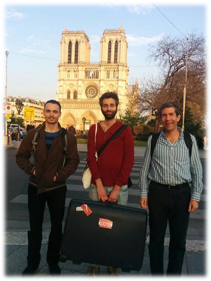 החוקרים בפריס, יחד עם המזוודה בה נמצא הניסוי
