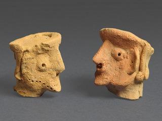שני ראשי גברים בפרופיל ממקדש בתל מוצא מהמאה התשיעית לפנהס (קרדיט צילום קלרה עמית רשות העתיקות)
