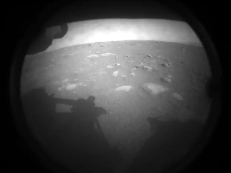 התמונה הראשונה שהעבירה הגשושית של נאסא על מאדים (צילום - NASA/JPL-Caltech)