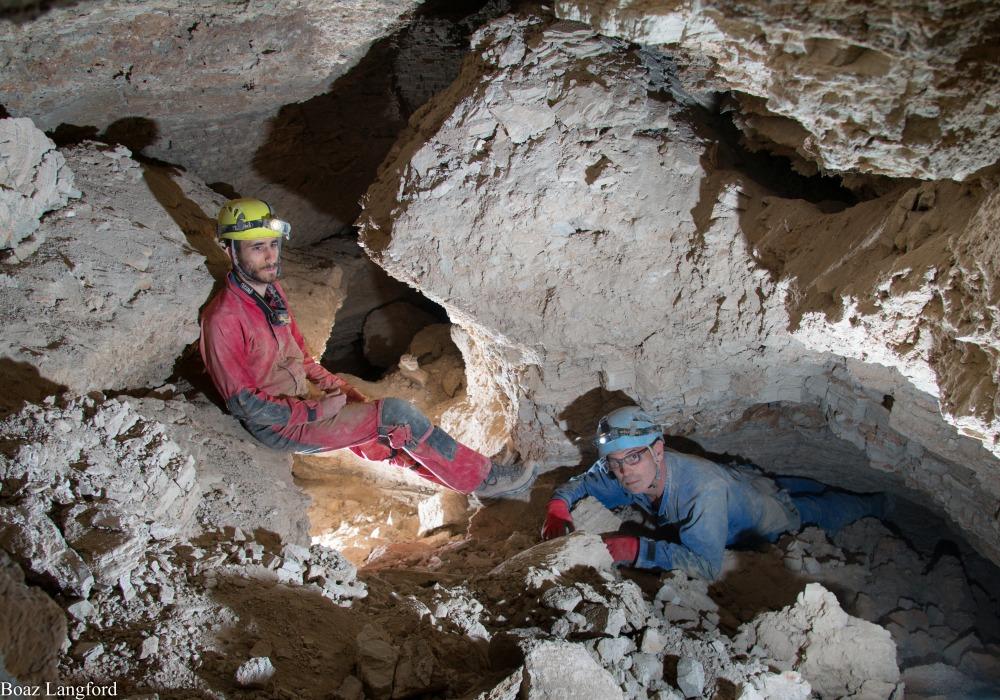 פרופ' עמוס פרומקין ובועז לנגפורד במערה. צילום: בועז לנגפורד