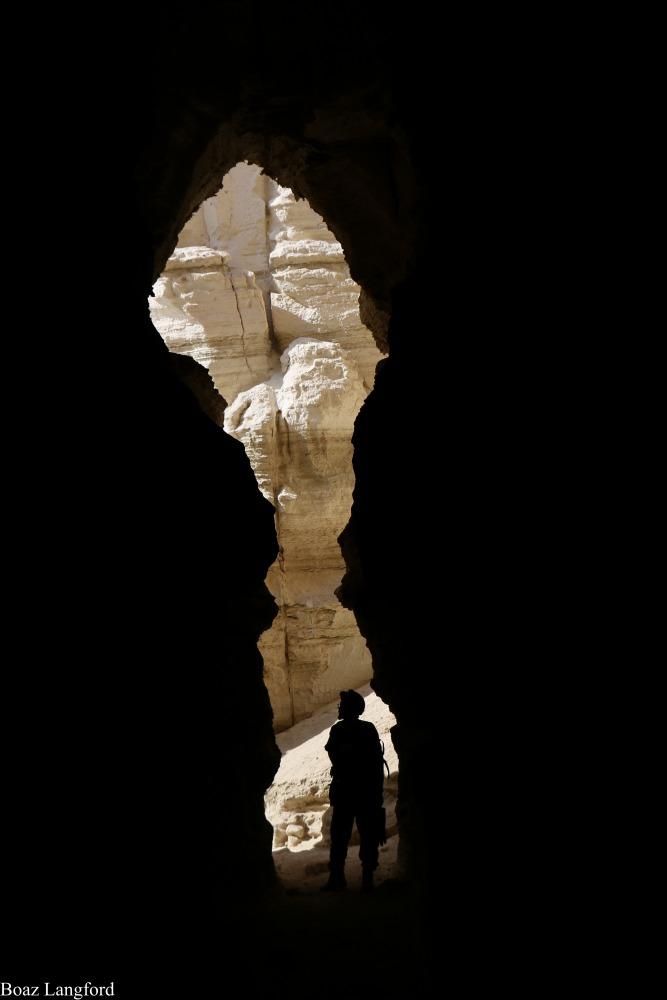 מגלים עולמות חדשים במערה. צילום: בועז לנגפורד