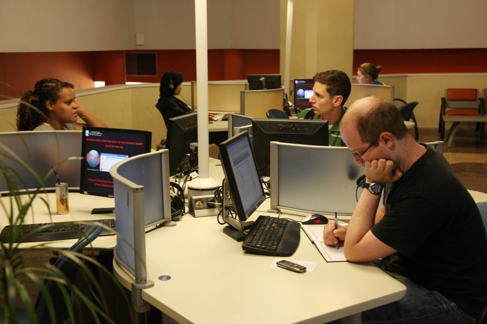 סטודנטים לומדים לפני פרוץ משבר הקורונה בחוות מחשבים בקמפוס הר הצופים. צילום - ששון תירם