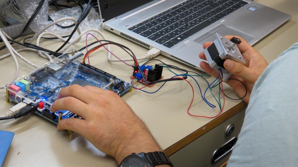 סטודנטים בעבודה עם לוחות FPGA. צילום - תהילה כץ