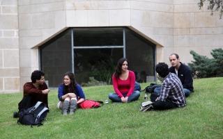 סטודנטים בקמפוס הר הצופים, מדשאות רוח. צילום ששון תירם
