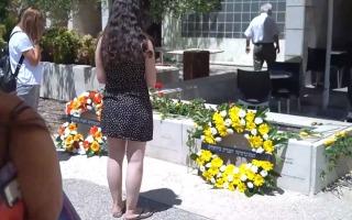 מתייחדים מול האנדרטה
