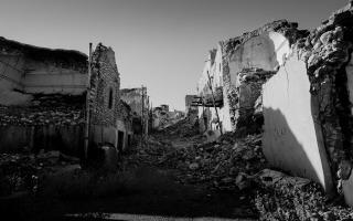 Ruined side-street in Sinjar (Iraq) following war with the Islamic State. Levi Clancy. UNSPLASH, Levi Clancy