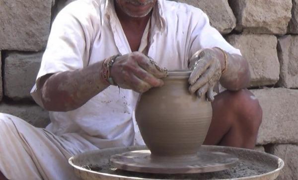 ייצור קנקן מים בהודו. צילום באדיבות החוקרת